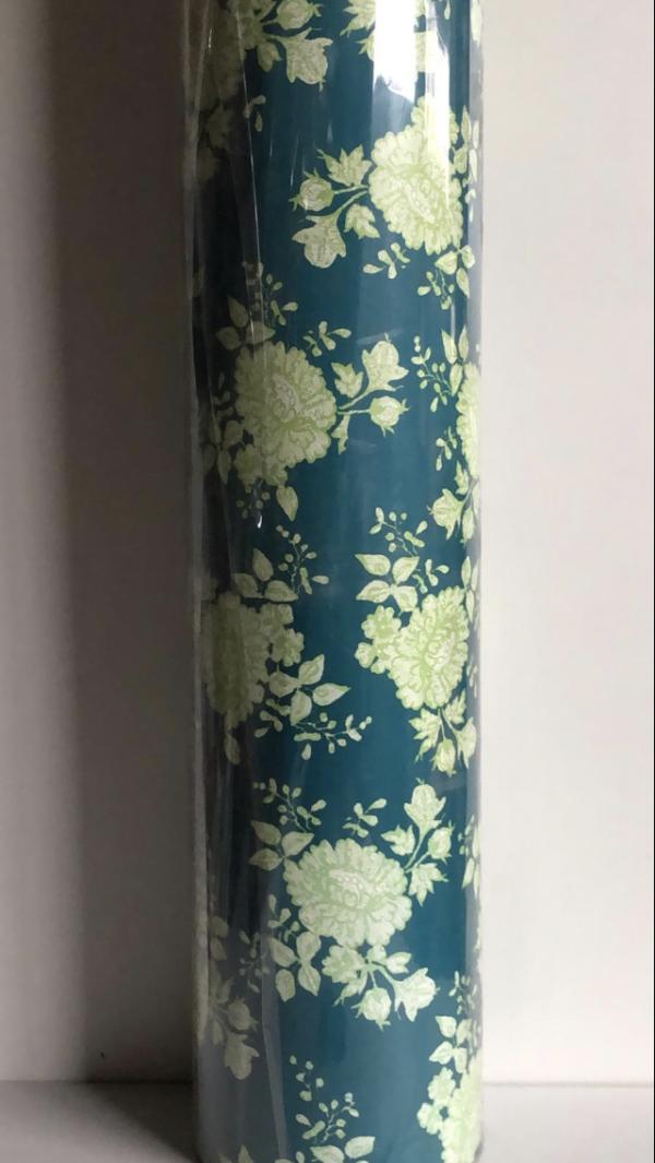 Blaues Geschenkpapier mit Blumen C4109